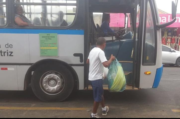 Carlos Alberto embarcando no ônibus da Linha 15 no setor Quatro Bocas. (Foto: Hemerson Pinto)