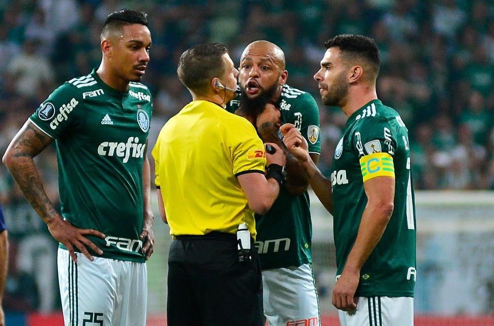 Felipe Melo expulso, argumenta com o árbitro da partida de Palmeiras e Cerro. (Foto: Carloto Junior)