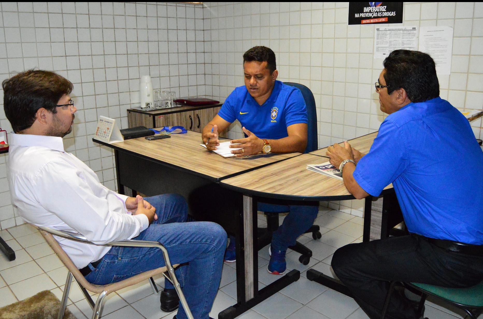 Secretário Weudson Feitosa com os vereadores Pedro Gomes e Adhemar Freitas. (Foto: Edmara Silva)