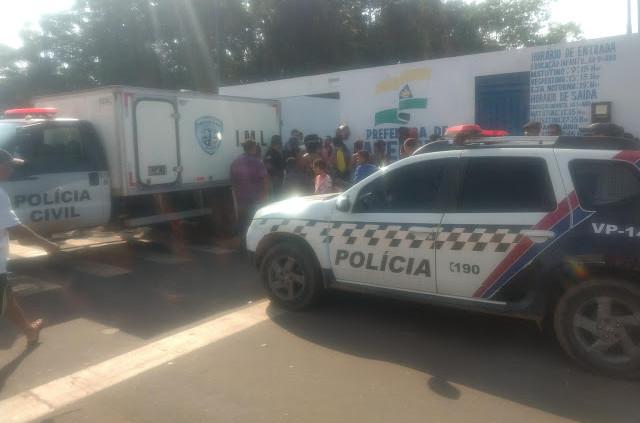 Rabecão fazendo remoção do corpo do vigia para IML. (Foto: Antonio Pinheiro)