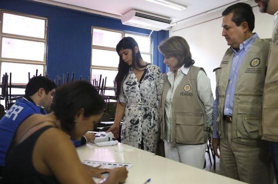 Laura Chinchilla acompanhada da equipe durante fiscalização no primeiro turno das eleições. (Foto: Agência Brasil)