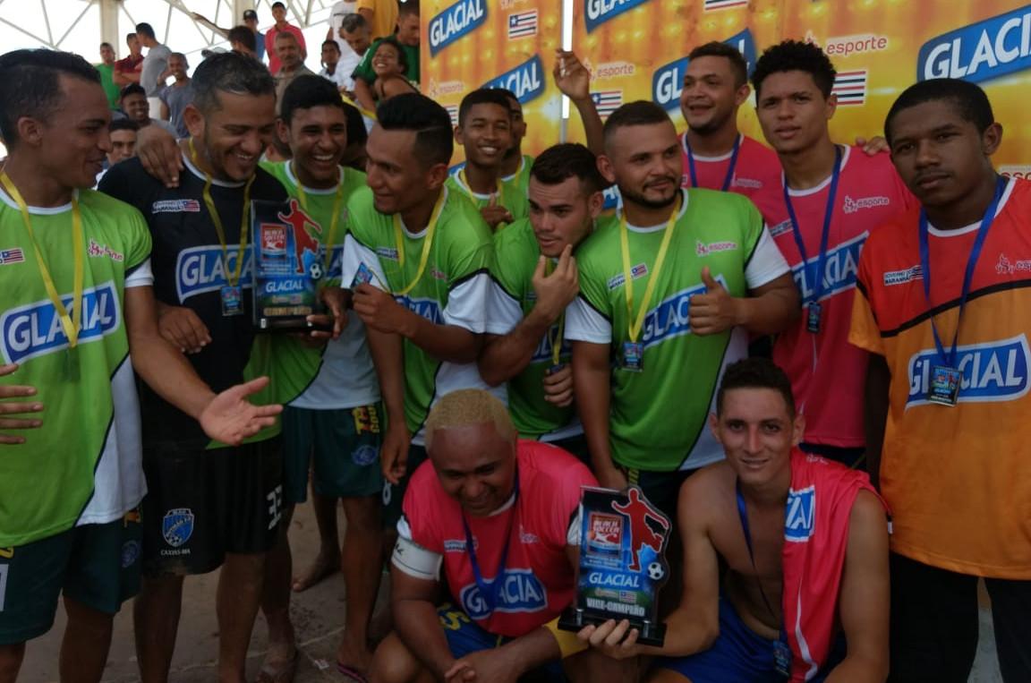 Jogadores da Seleção de Parnarama comemoram a conquista do título. (Foto: Paulo de Tarso Jr.)