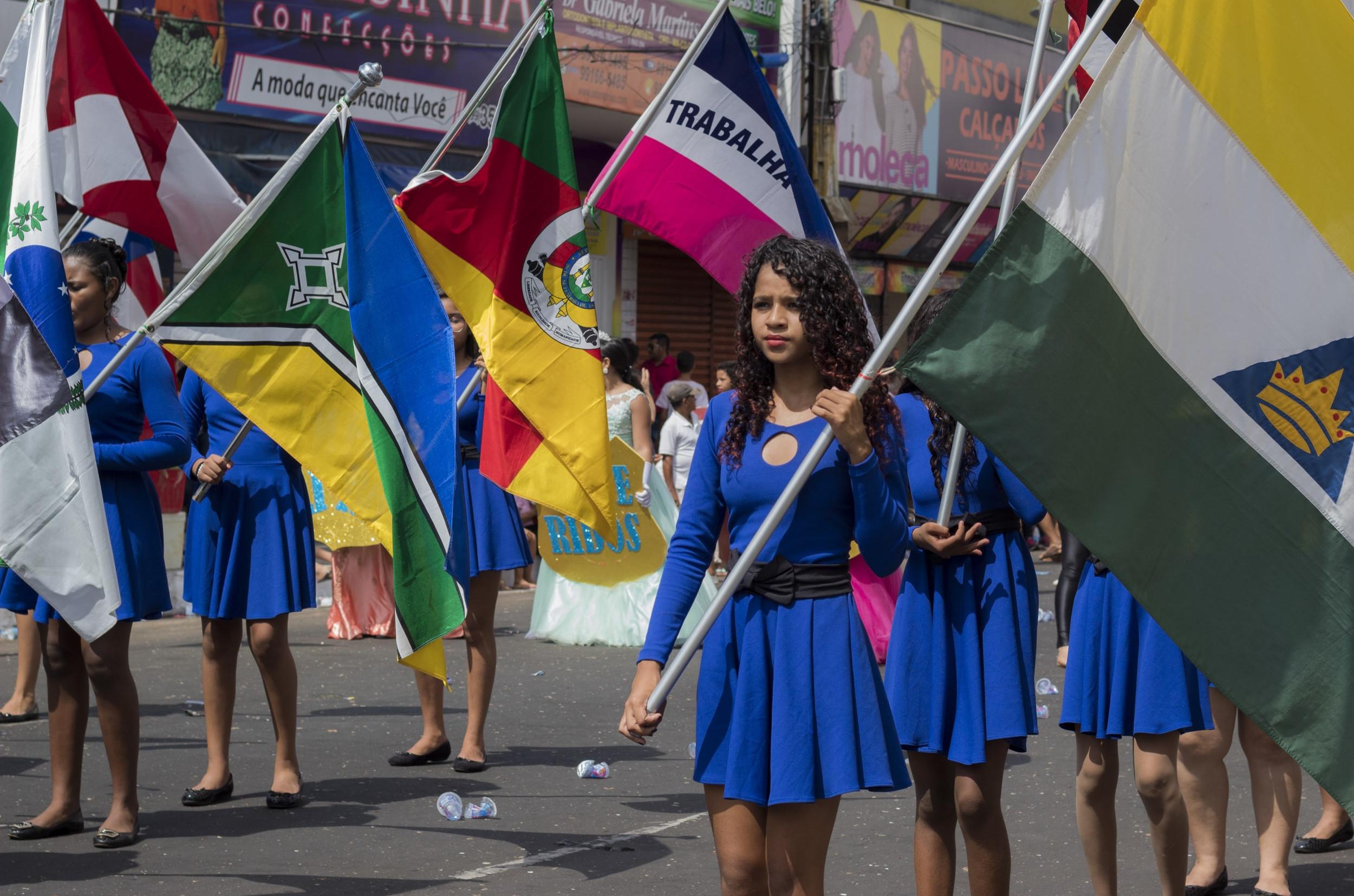 Milhares de pessoas compareceram à Avenida Getúlio Vargas para assistir ao desfile cívico (Foto: Fernando Ralfer/ Jornal Correio)