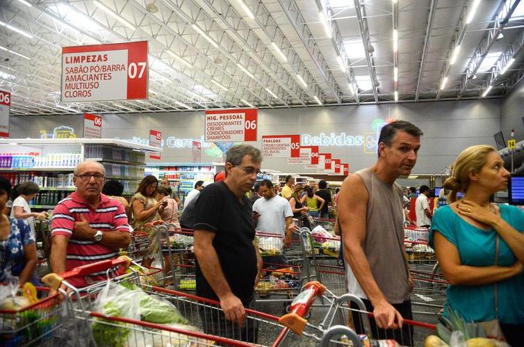 Queda da inflação beneficia consumidores. Taxa deste ano deve fechar em 4,05%. (Foto: Tânia Rêgo)