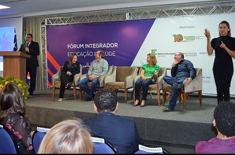 Abertura do Fórum Integrador teve a participação do reitor Roberto Brandão (ao púlpito) e convidados. (Foto: Site IFMA)