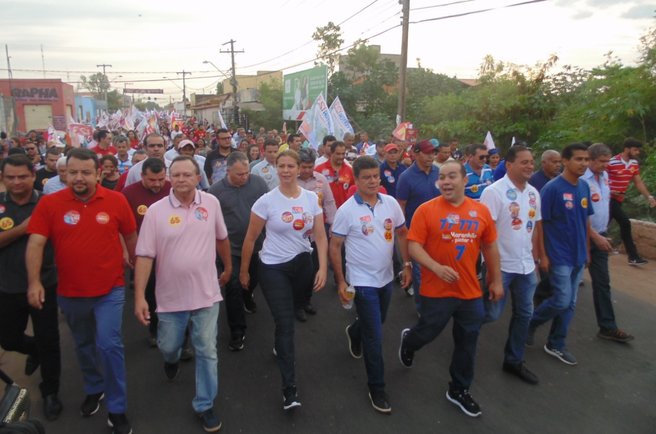 Carlos Brandão foi recepcionado por multidão e levado pelas ruas do bairro. (Foto: (Foto: Diana Cardoso))