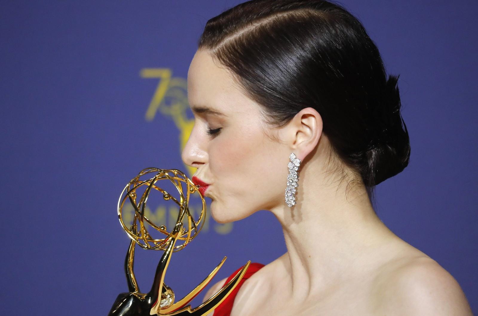 Rachel Brosnahan beija sua estatueta de melhor atriz em série de comédia no Emmy 2018. (Foto: Foto: Mike Blake/Reuters)