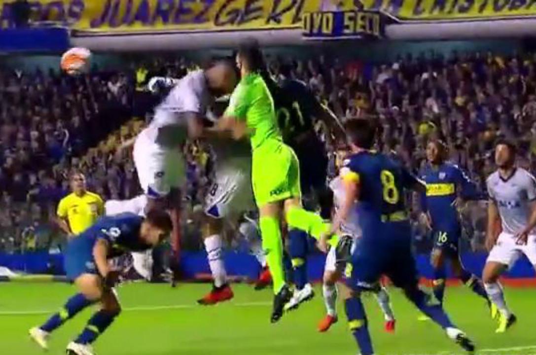 Lance do choque do zagueiro Dedé com o goleiro Andrada do Boca Juniors. (Foto: Fox Sport)