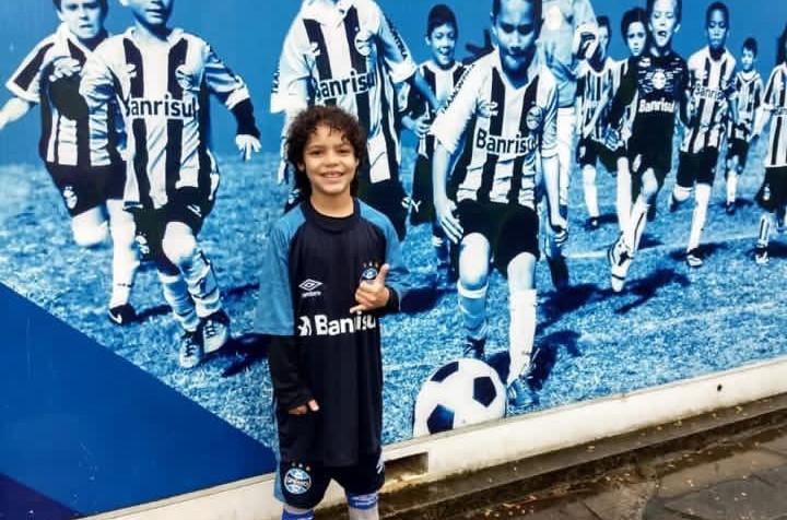 Kauã Henrique, 10 anos, posa com a camisa do Grêmio de Porto Alegre. (Foto: Assessoria)