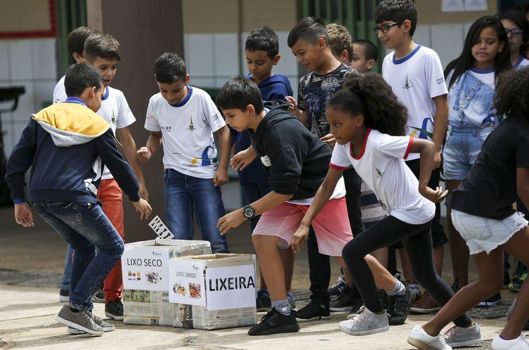 Para a AGU, nenhum núcleo familiar será capaz de propiciar à criança ou ao adolescente o convívio com a diversidade cultural própria dos ambientes escolares. (Foto: Marcelo Camargo/Arquivo Agência Brasil)