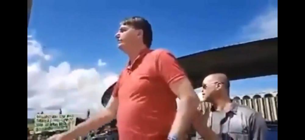 O Presidente Jair Bolsonaro discursa para manifestantes que pedem volta do AI 5