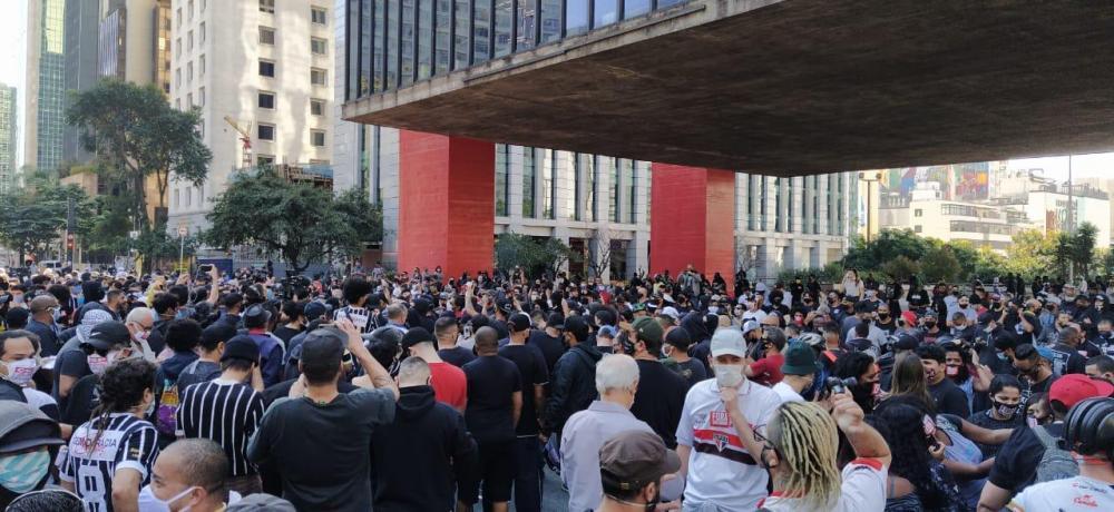 Torcedores de grandes clubes se unem em manifesto contra o fascismo na Avenida Paulista