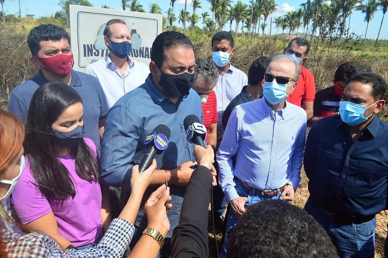 Senador Weverton visita área onde será construído Hospital do câncer em Imperatriz