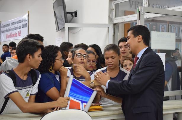 Marco Aurélio conversa com estudantes por ocasião da luta pela bonificação na nota do ENEM