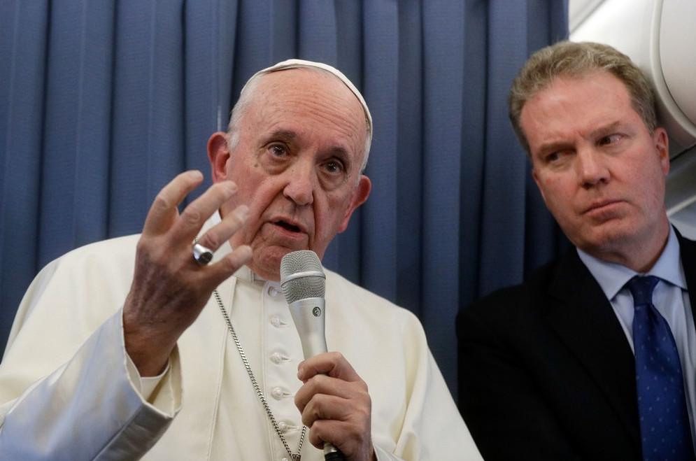 Papa Francisco fala com jornalistas em avião na volta a Roma após visita à Irlanda (Foto: Site G1)